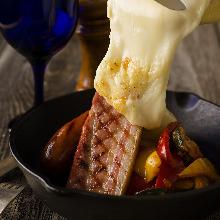 肉と野菜の盛り合わせ ラクレットチーズがけ