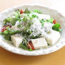 釜揚げシラスと豆腐のサラダ