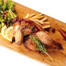 日替わり半身鶏の香草焼き 燻製塩と燻製ブラックペッパー添え
