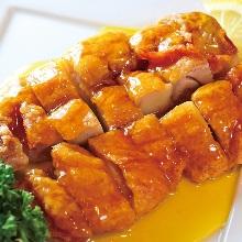 揚げ鶏肉の特製ソースかけ