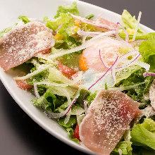 温泉玉子と生ハムのサラダ