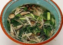 青葉とキノコの春雨スープ
