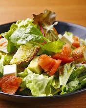 トマトとアボカドのチーズバケットサラダ
