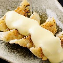 チーズ入り焼き餃子