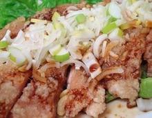 특제소스를 올린 닭고기 튀김