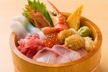 새끼방어, 참치 갈빗살, 가리비, 새우, 게, 오징어, 성게, 연어알 해산물 덮밥