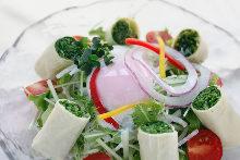 온천 달걀 올린 미즈나(경수채) 샐러드