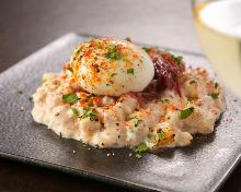 달걀을 얹은 감자 샐러드