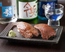 아부리(살짝 구운) 고기 초밥