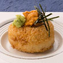 성게 올린 구운 주먹밥
