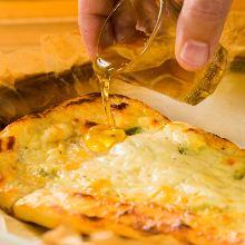 3종 치즈 난 피자 벌꿀 곁들여서