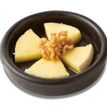 卡芒贝尔奶酪 佐蜂蜜烤核桃