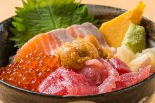 三文鱼、金枪鱼、海胆和鲑鱼子海鲜盖饭