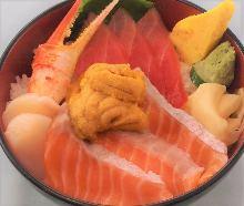 三文鱼、金枪鱼中脂、扇贝、蟹钳和海胆海鲜盖饭