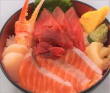 金枪鱼脊骨肉、三文鱼、金枪鱼中脂、扇贝和蟹钳海鲜盖饭