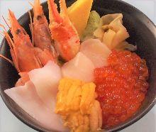 蟹钳、鱿鱼、扇贝及生虾、海胆和鲑鱼子的料理。