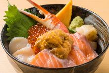 三文鱼、蟹钳、扇贝、海胆和鲑鱼子海鲜盖饭