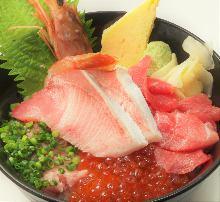 幼鰤鱼、金枪鱼脊骨肉、虾、葱花金枪鱼泥和鲑鱼子盖饭
