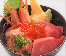 金枪鱼中脂、虾、蟹钳、葱花金枪鱼泥和鲑鱼子海鲜盖饭