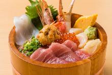 金枪鱼中脂、虾、蟹钳、扇贝、葱花金枪鱼泥、海胆和鲑鱼子海鲜盖饭