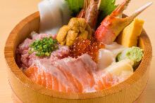 三文鱼、虾、蟹钳、鱿鱼、扇贝、葱花金枪鱼泥、海胆和鲑鱼子海鲜盖饭