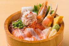 螃蟹、三文鱼、虾、鱿鱼、扇贝、葱花金枪鱼泥和鲑鱼子海鲜盖饭