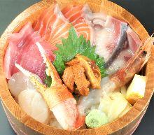 金枪鱼中脂、幼鰤鱼、三文鱼、海胆、扇贝、虾和蟹钳海鲜盖饭