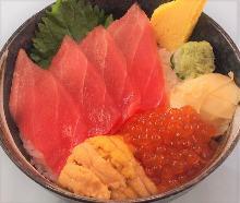 金枪鱼中脂、海胆和鲑鱼子海鲜盖饭