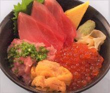 金枪鱼中脂、葱花金枪鱼泥、海胆和鲑鱼子海鲜盖饭