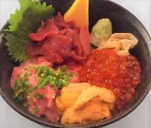 金枪鱼脊骨肉、葱花金枪鱼泥、海胆和鲑鱼子海鲜盖饭