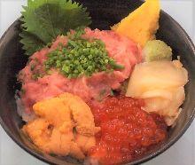 葱花金枪鱼泥、海胆和鲑鱼子海鲜盖饭
