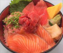 金枪鱼脊骨肉、三文鱼、金枪鱼中脂和葱花金枪鱼泥海鲜盖饭