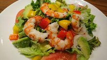虾和牛油果的沙拉