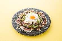 生鸡蛋拌烤牛肉