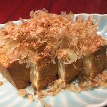 烤油炸豆腐和柴鱼片