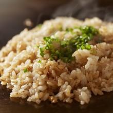 附红味噌汤、咸菜的米饭套餐