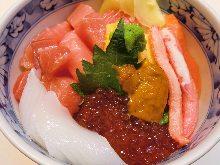 大块金枪鱼脂和4种海鲜盖饭