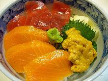 金枪鱼、鲑鱼、海胆海鲜盖饭