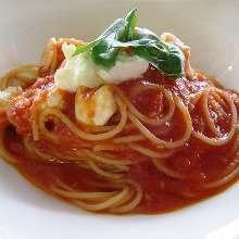 马苏里拉奶酪罗勒番茄酱意面