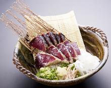 盐拌稻草熏烤鲣鱼切块