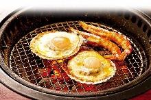 炭火烤扇贝和鲜虾