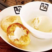 面包片配香草冰淇淋