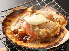 烤活扇贝配黄油和酱油
