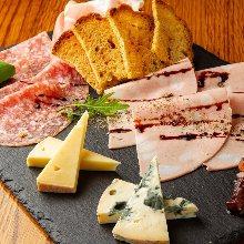 奶酪和生火腿的拼盘