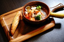 海鲜与西班牙蒜香炖菜