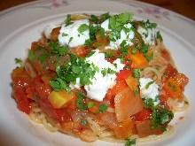 马苏里拉奶酪和罗勒的番茄酱汁意面