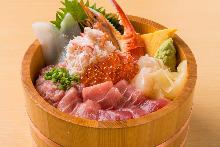 螃蟹、鮪魚中脂、蝦、烏賊、扇貝、蔥花鮪魚肉泥、鮭魚卵海鮮蓋飯