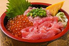 鮪魚脊骨肉、蔥花鮪魚肉泥、鮭魚卵海鮮蓋飯