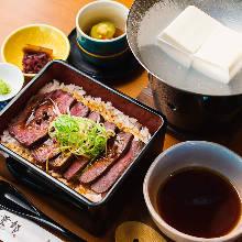 和牛牛排盒裝飯 附湯豆腐