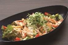 蝦仁和扇貝羅勒醬汁沙拉
